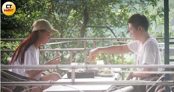 對林采緹照顧無微不至的口罩男,吃飯時也貼心為她服務。(圖/本刊攝影組)