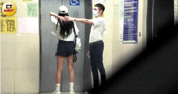 等電梯時,口罩男還幫林采緹整理頭髮。(圖/本刊攝影組)