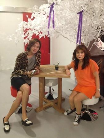 張根碩的母親(右)涉嫌逃稅韓幣數十億元,張根碩委託經紀人發表聲明「切割」業務關係。(網路圖片)