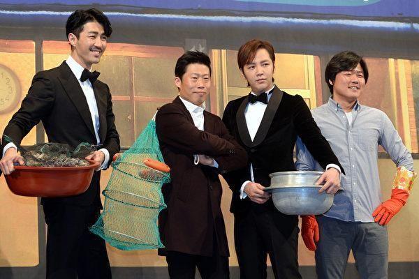 張根碩(右二)原本是《一日三餐》班底之一,卻因為逃稅醜聞被節目組「開除」。(網路圖片)