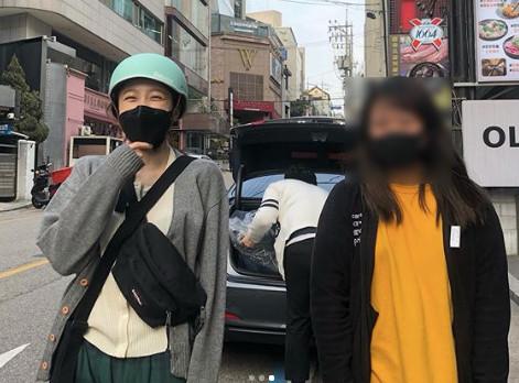 ▲EXID哈妮合照粉絲「保持社交距離」。(圖/翻攝自ig)