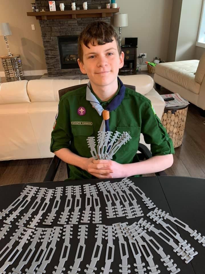 ▲▼  加拿大13歲小男孩發明「口罩護耳器。」(圖/翻攝自Facebook/Heather Roney)