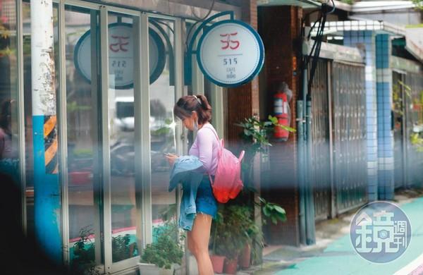 4月3日10:54,謝忻第一個來到咖啡店,熟練地拿起鎖匙開門。