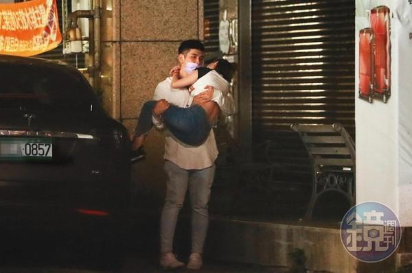鄭旭哲開著特斯拉載送G奶熊熊,還公主抱送女生回家。(本刊資料照)