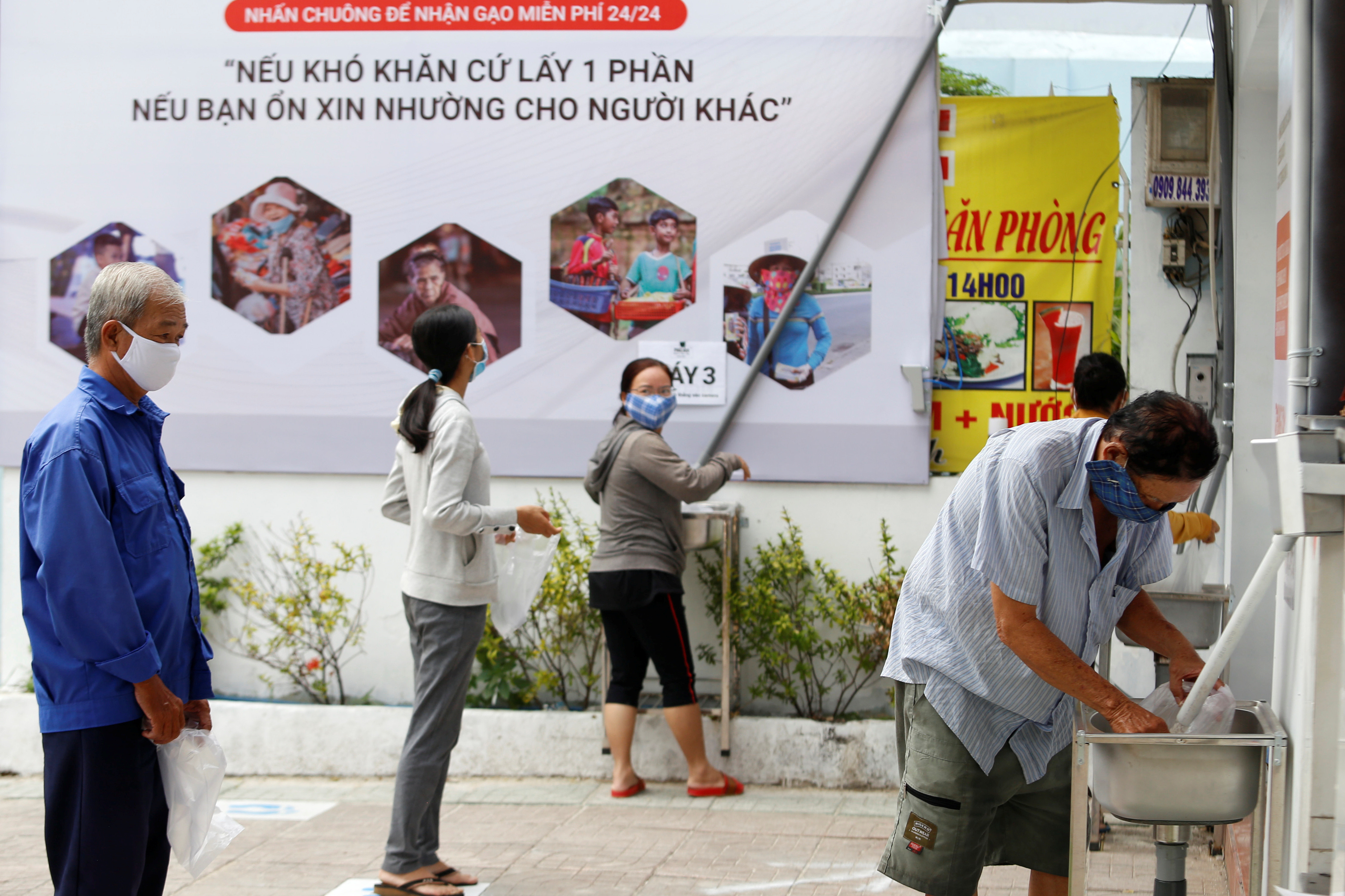▲越南商人發明「白米ATM」。(圖/路透)