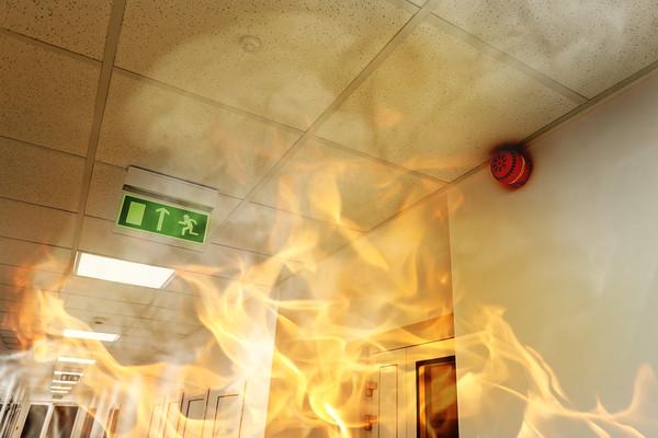 ▲▼防災,防火,火災,安全門,逃生出入口,消防員,救火,灑水器(圖/123RF)
