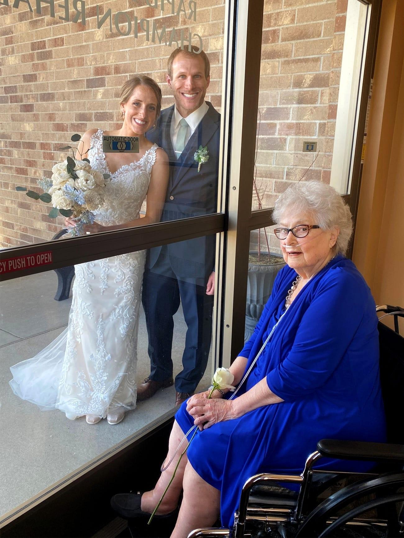 ▲▼新冠期間新婚夫妻結婚。(圖/翻攝自Insider)