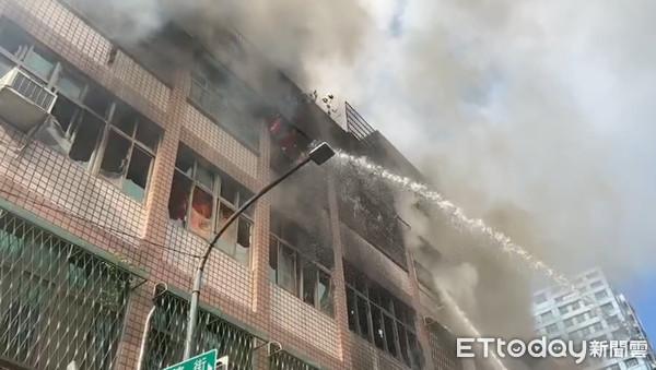 ▲高雄三民區大連街民宅火警造成五死。(圖/記者吳奕靖攝)