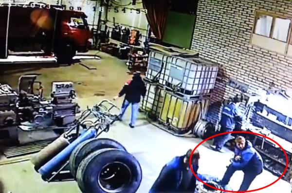 修車廠充氣過度爆胎 衰男遭「噴飛」空翻360度
