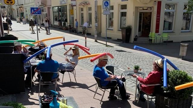 ▲▼德國咖啡廳發給客人每人一頂「軟棒帽」。(圖/翻攝自Facebook/Cafe & Konditorei Rothe)