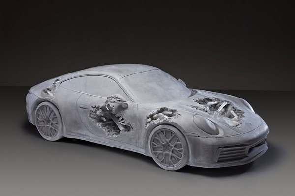▲《Ash & Pyrite Eroded Porsche》雕塑品。(圖/翻攝Phillips)