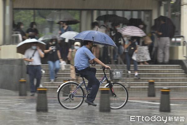 鋒面快走了⋯明「再下一天雨」就放晴!週末迎32°C↑好天氣