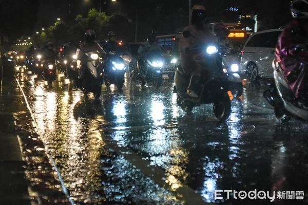 快訊/下班一陣暴雨! 強降雨猛灌...氣象局續發5縣市「大雨特報」