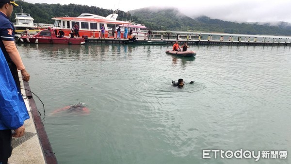 女遊日月潭落水…下秒不見!友慌張報案 警消水面水下兩路搜救