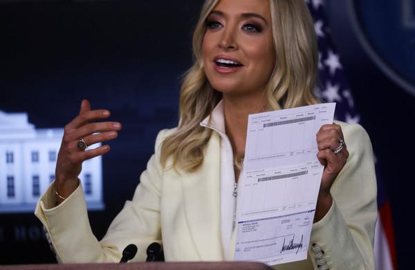 川普捐3百萬薪水!白宮發言人大方秀支票 「完整銀行帳號」全球看光光