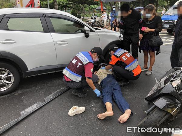 汽機車相撞!女騎士受困車底 民眾合力移車脫困送醫