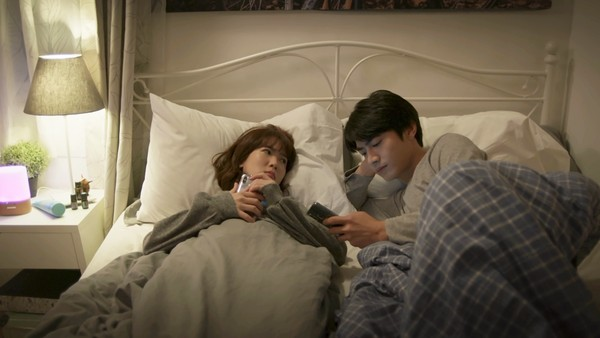 男女主角躺床「蓋棉被純聊天」 女工作人員尖叫:更有感覺