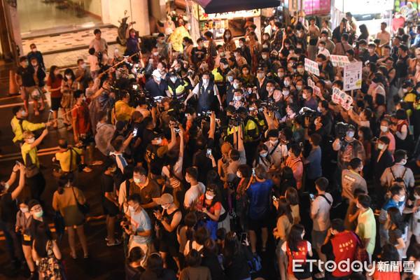 數百人湧墾丁大街圍觀「鋼鐵部長」 攤商嘆:有人氣沒買氣!