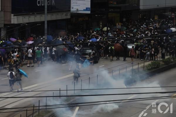 影/港警施放催淚彈 驅離銅鑼灣「反國安法」遊行示威者