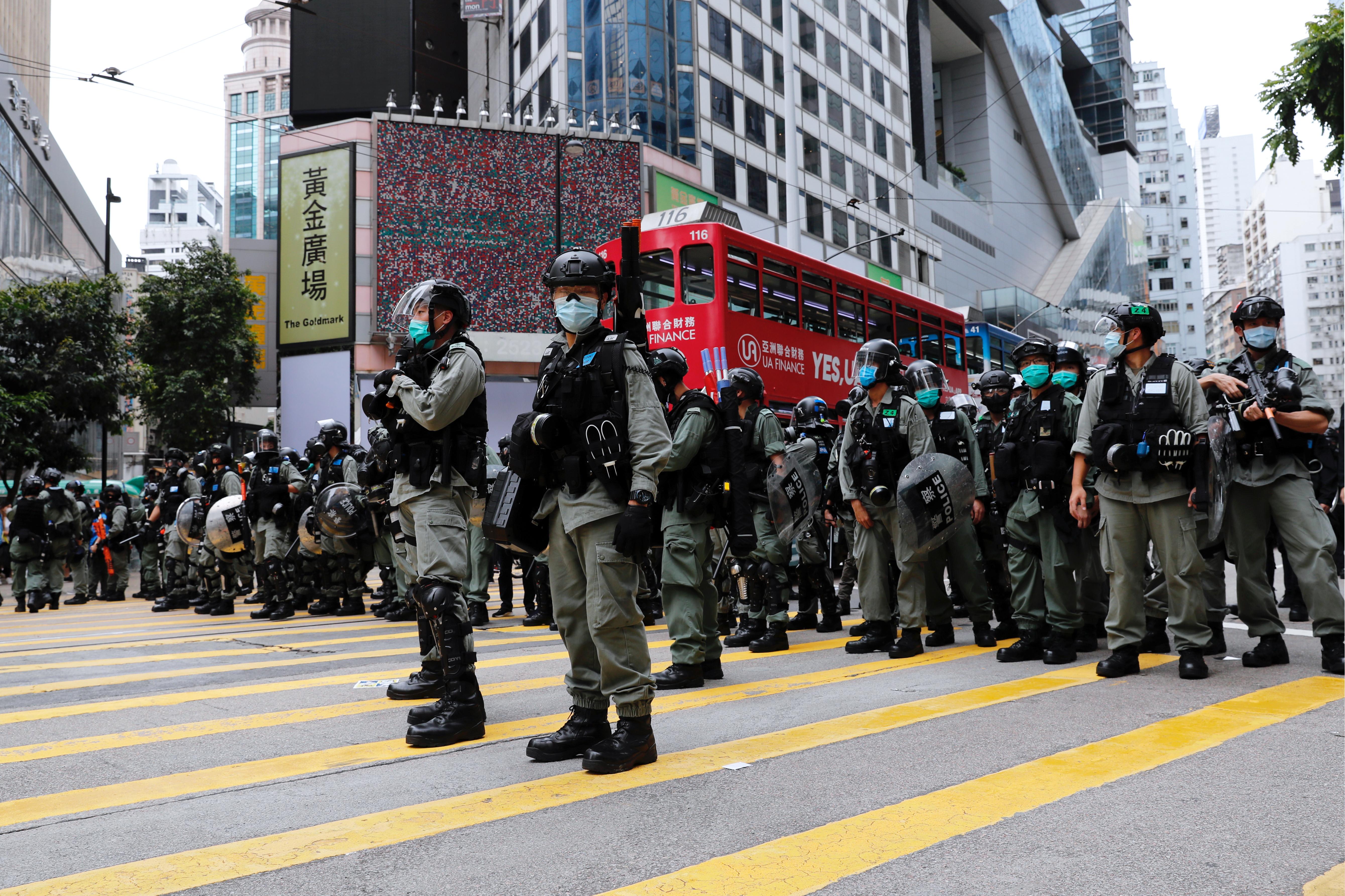 ▲▼ 反對「港版國安法」的香港民眾24日上街抗議,警方出動。(圖/路透)
