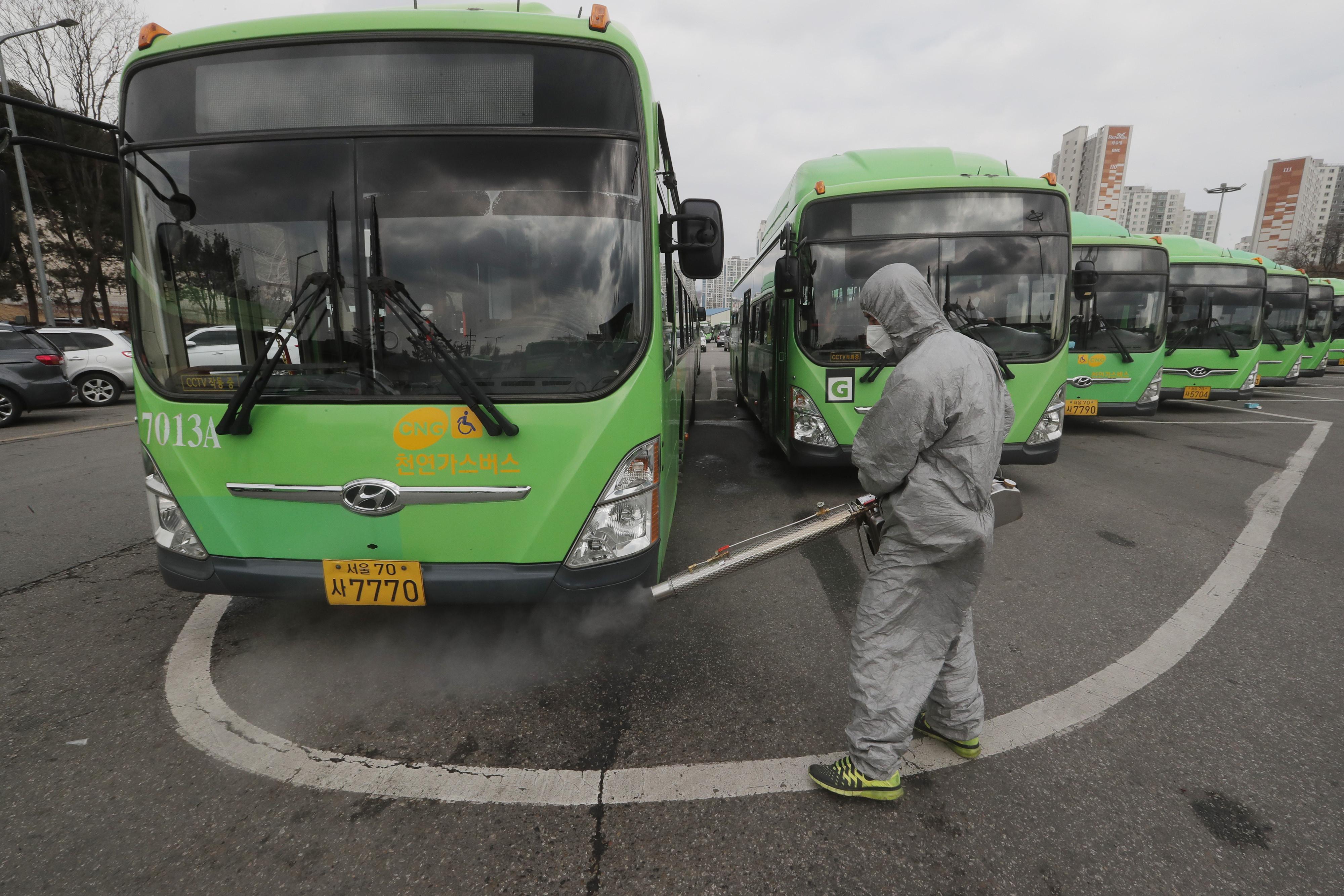 ▲▼南韓衛生當局下令,大眾運輸業者能要求乘客配戴口罩,否則拒載。(圖/達志影像/美聯社)