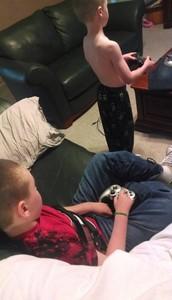 兒子玩遊戲前,把搖桿放腦損哥哥手裡