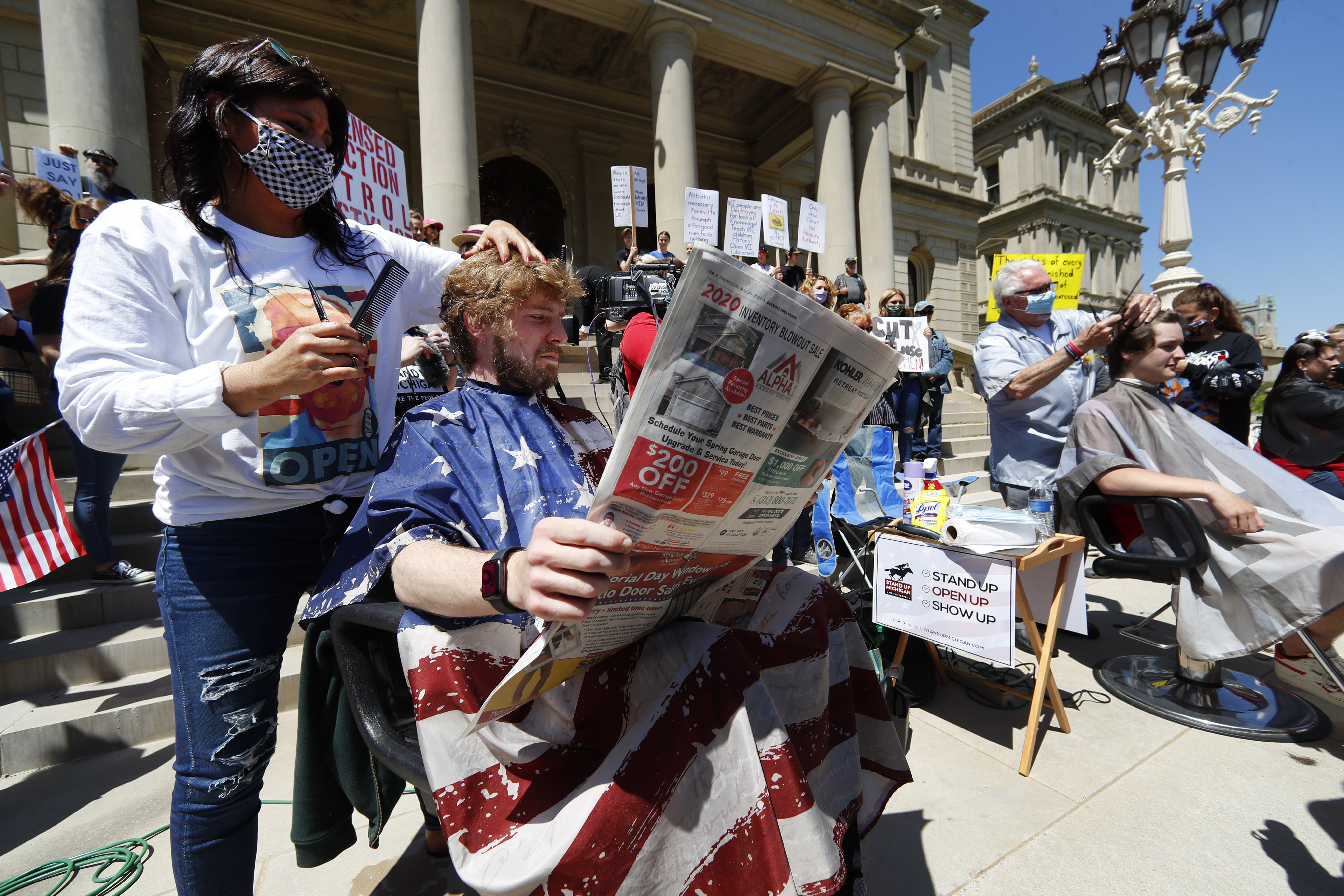 ▲▼美國理髮師於州議會前發起抗議活動。(圖/達志影像/美聯社)
