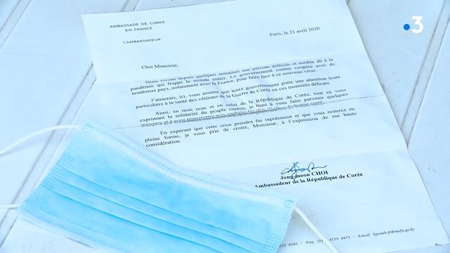 ▲▼韓戰法籍參戰士兵,收到南韓駐法使館寄來的包裹。(圖/翻攝自Youtube@France 3 Bourgogne-Franche-Comté)