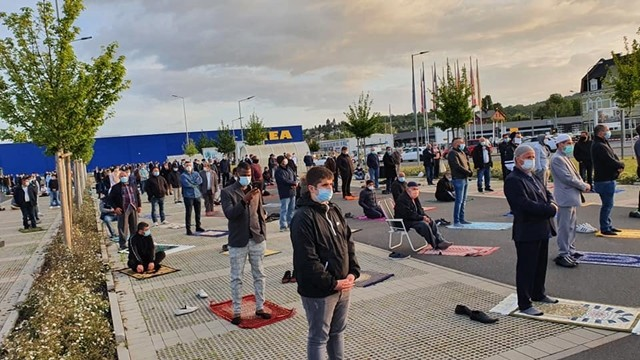▲▼IGMG取得IKEA同意,讓穆斯林在IKEA停車場前禱告。(圖/翻攝自Facebook/IGMG)