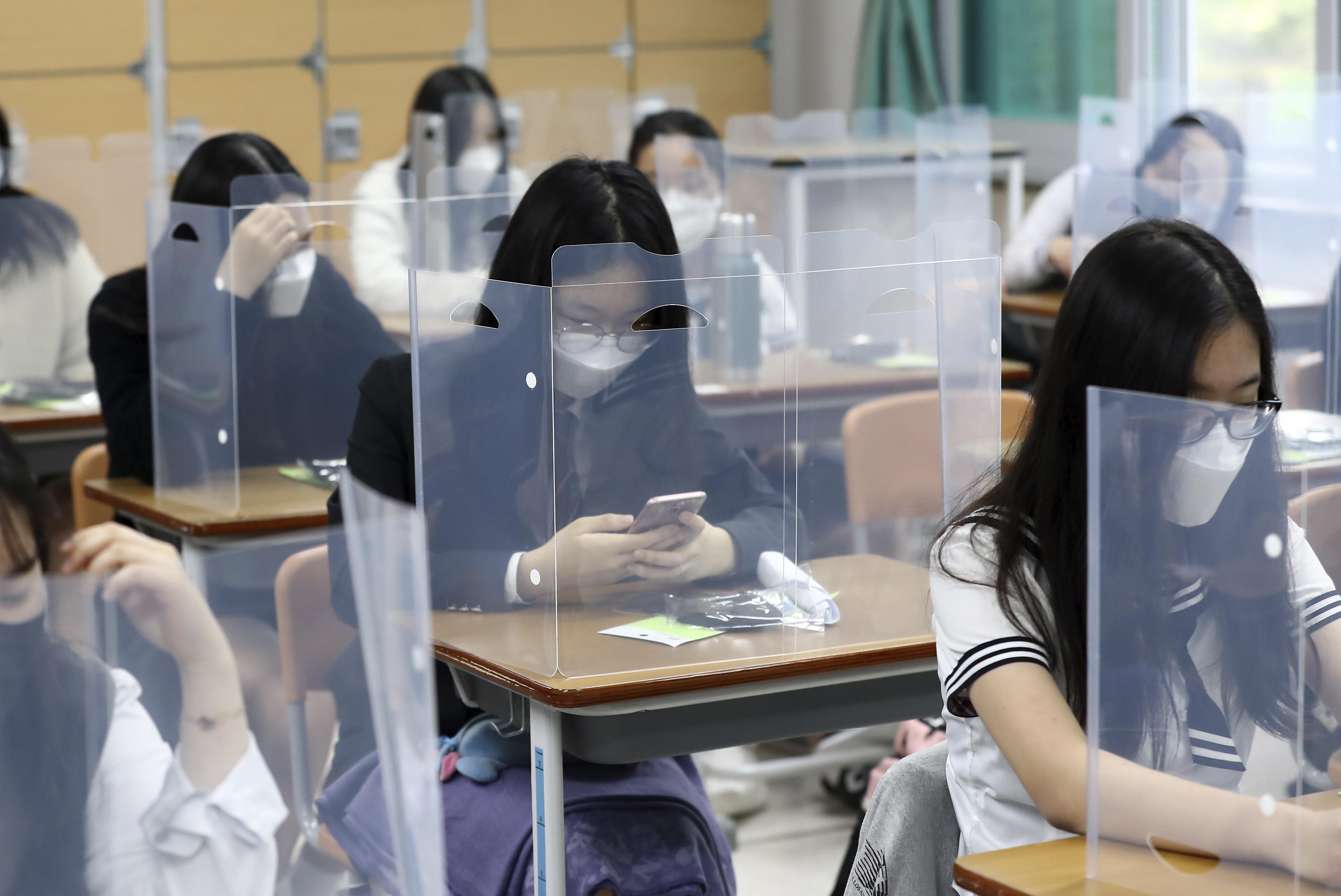 ▲▼南韓教育部強行重啟校園,卻可能造成防疫破口。(圖/達志影像/美聯社)