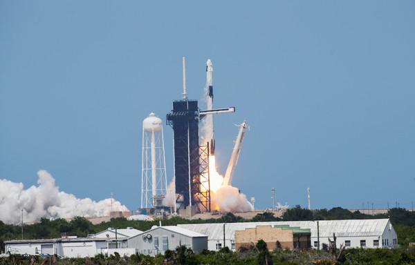 NASA睽違9年!SpaceX火箭發射成功 「飛龍號」太空船首次載人上太空