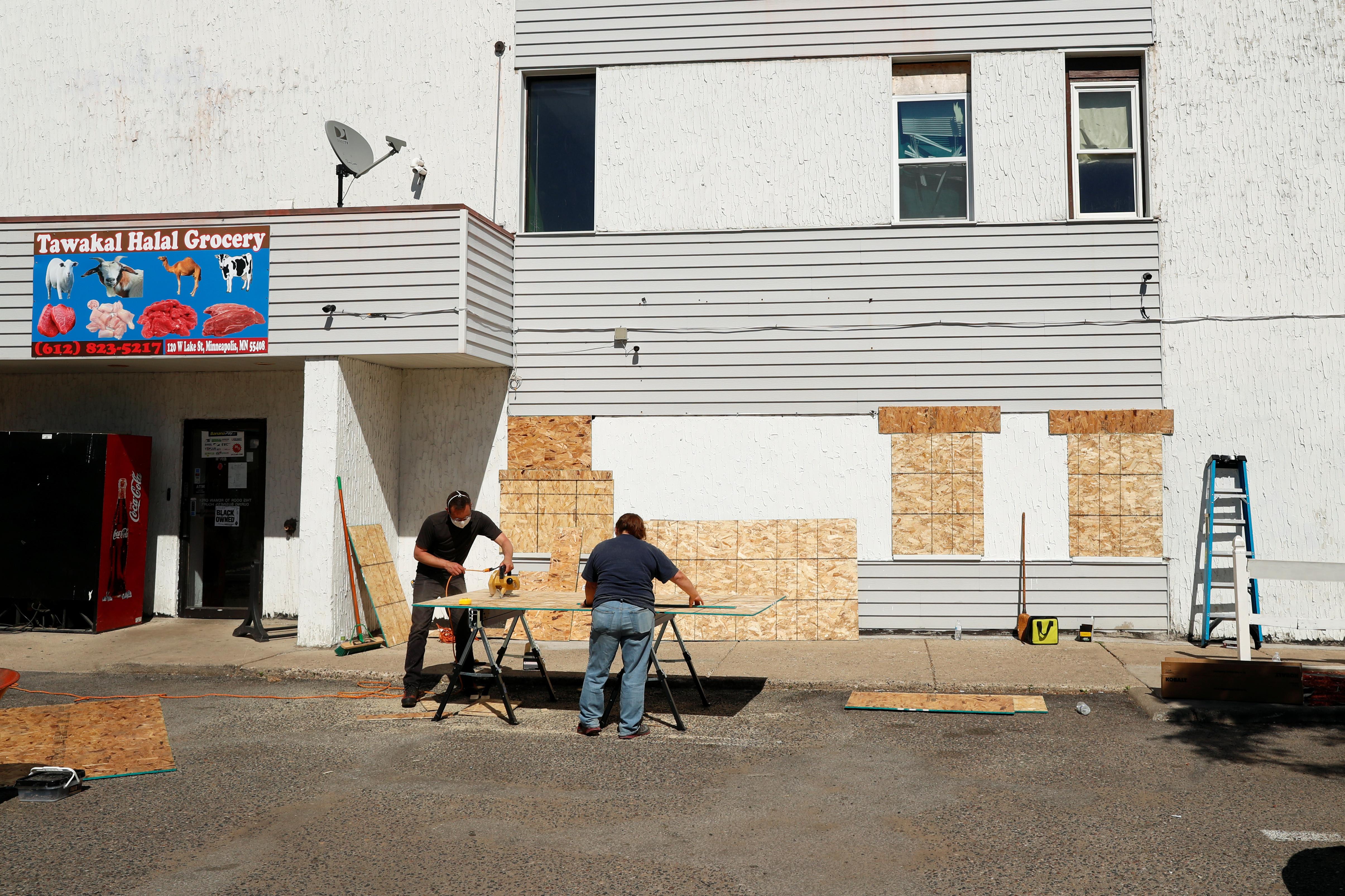▲▼美明尼蘇達州一名非裔男子經營的清真雜貨店,差點慘遭民眾襲擊。(圖/路透社)