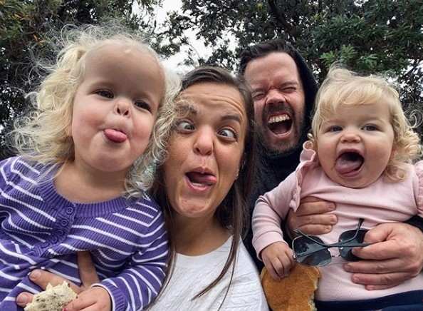 ▲▼侏儒症未婚夫婦誕下兩個女兒,姐姐遺傳妹妹正常。(圖/翻攝自Instagram/alyssa.biddle)
