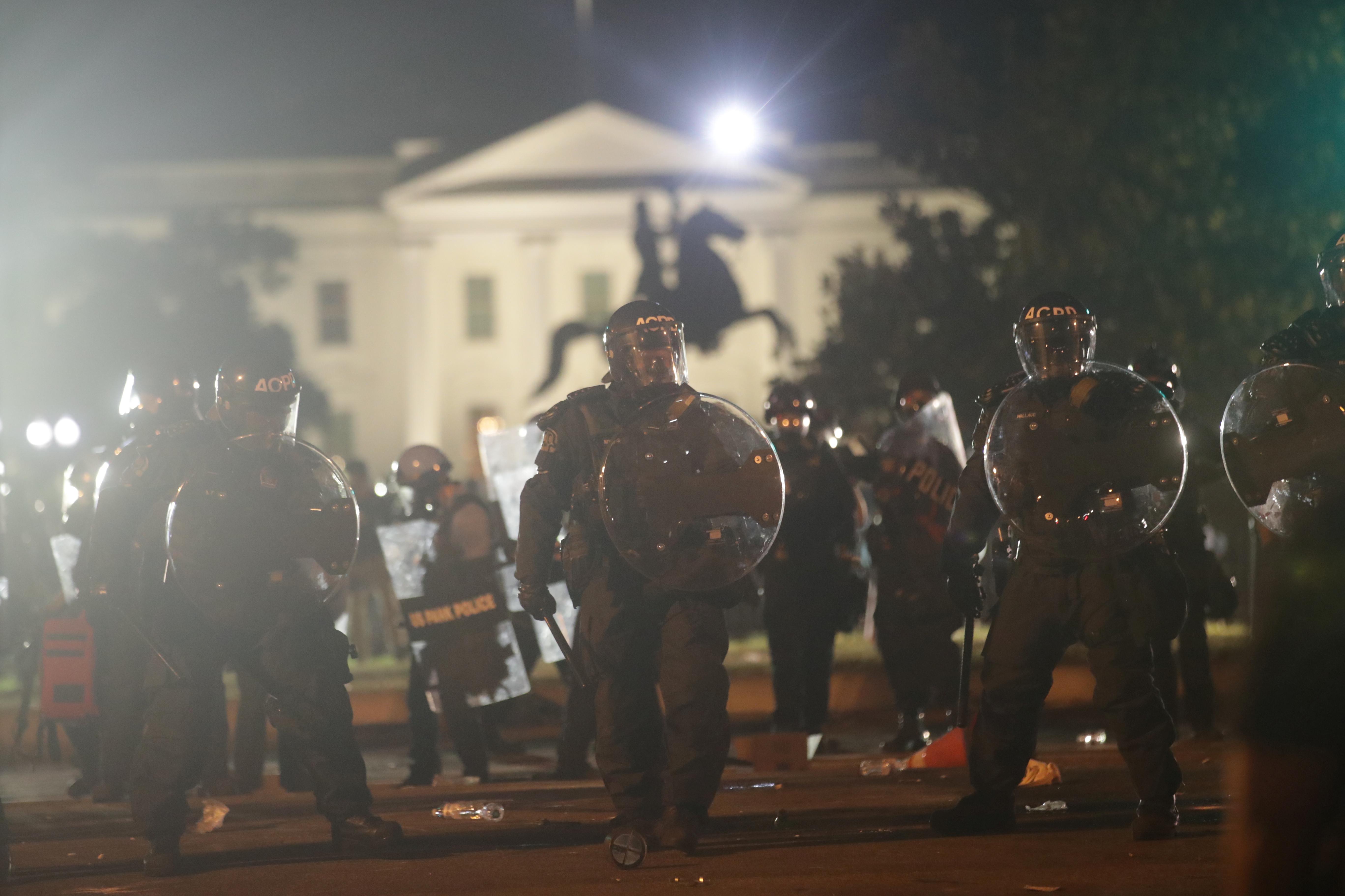 ▲▼ 美國白宮周邊31日晚間持續動亂。(圖/路透)