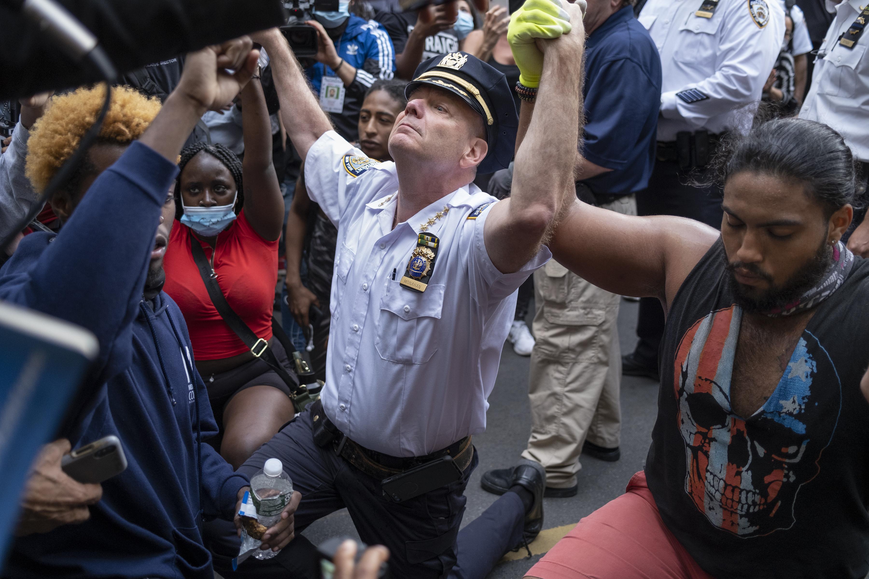 ▲▼聲援佛洛伊德抗議中,紐約市警局總警監Terence Monahan擁抱示威者。(圖/達志影像/美聯社)