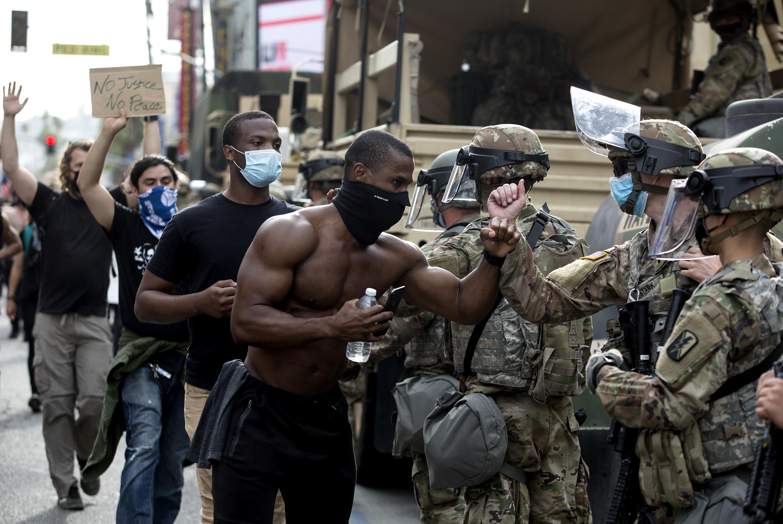 ▲▼美國洛杉磯抗議「佛洛伊德之死」的群眾,向國民兵以擊拳代替握手示意(圖/達志影像/美聯社)