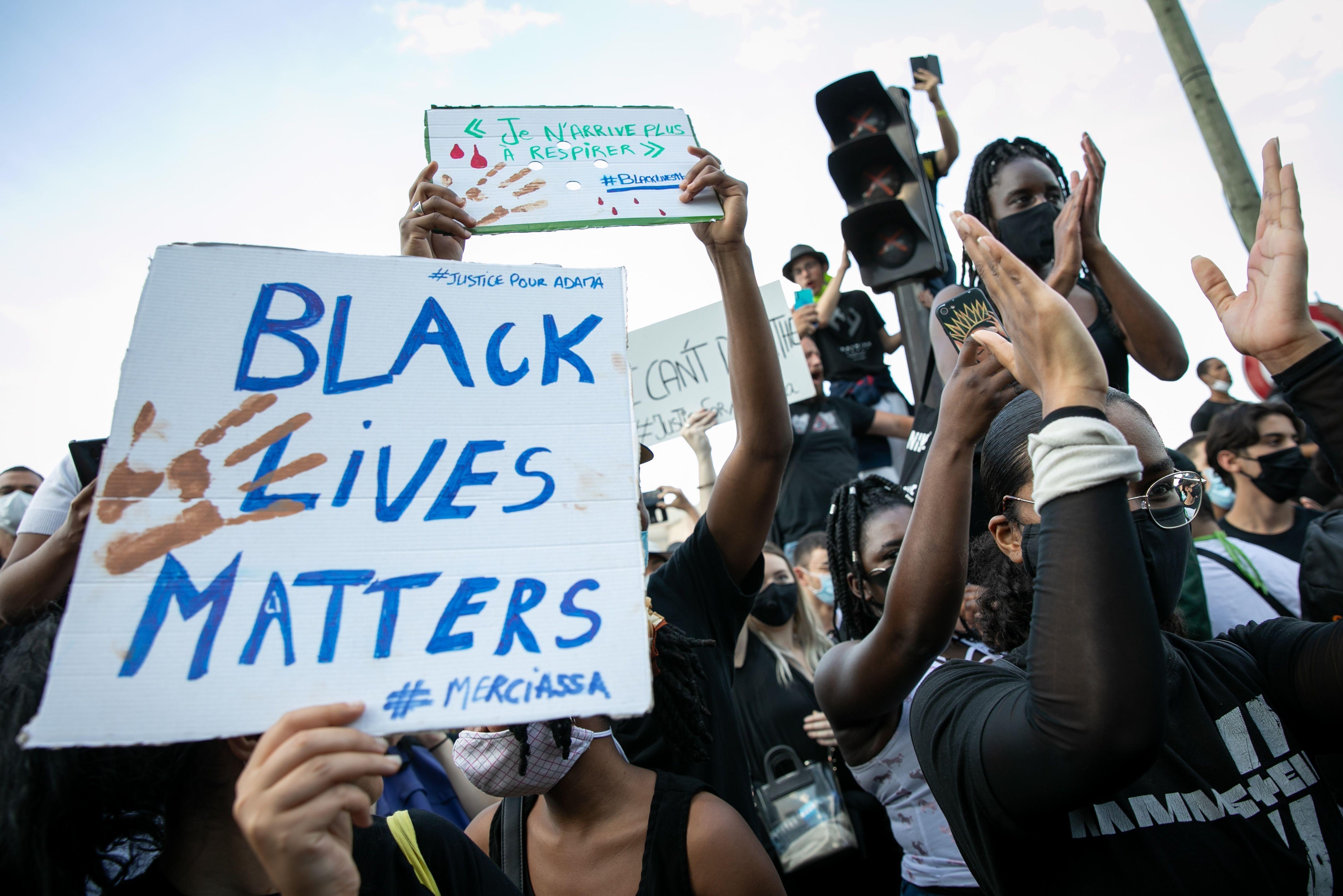 ▲▼法國巴黎群眾上街抗議,響應佛洛伊德之死。(圖/達志影像/美聯社)