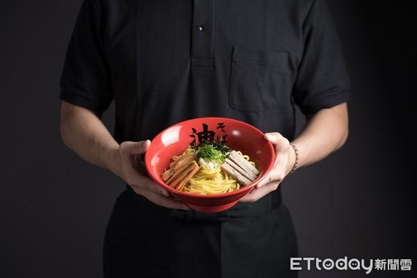 整桌免費吃!日本人氣油拌麵插旗南台灣了 開幕優惠一次看