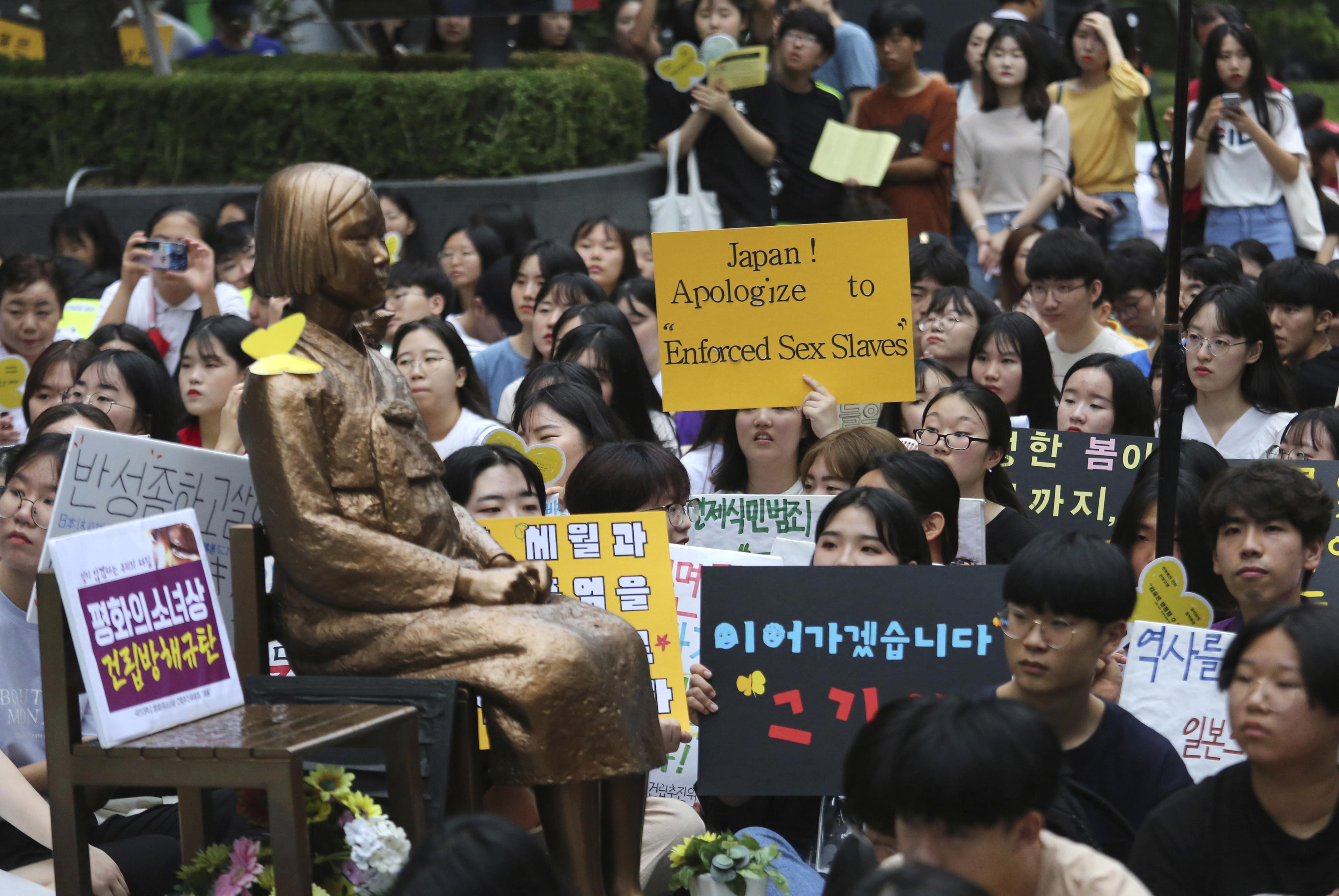 ▲▼2019年7月24日水曜示威,南韓大學生在慰安婦銅像前要求日本政府道歉。(圖/達志影像/美聯社)