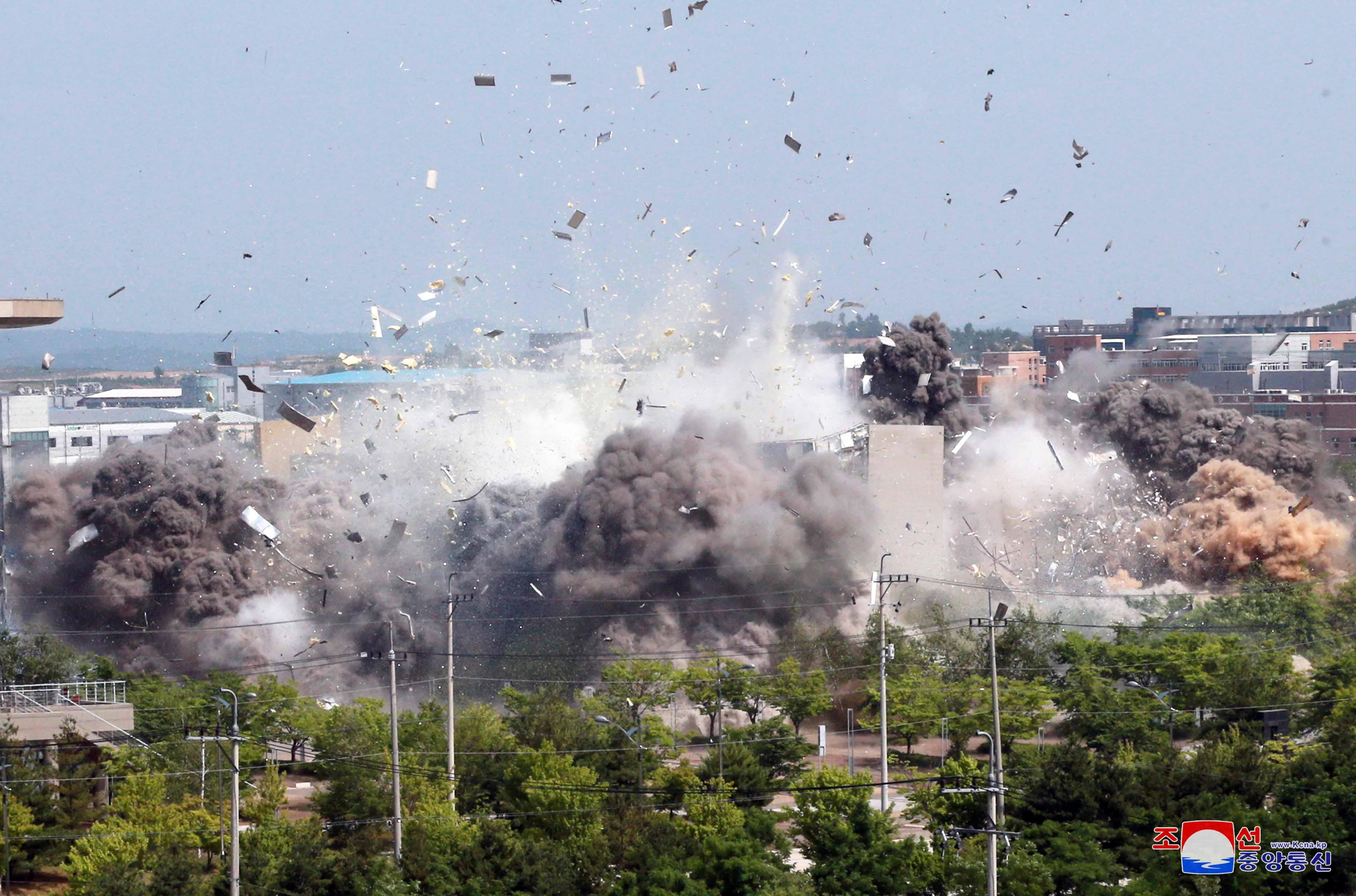 ▲▼北韓炸毀開城工業區內的南北聯合辦事處,爆炸的瞬間。(圖/路透)