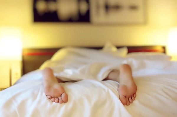 喝酒助眠=騙人的!早睡反更傷身…醫曝「3大失眠迷思」更爆肝