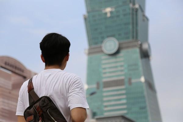 台北101挺醫護「加油,照顧自己」 外牆打燈凝聚國人向心力 | ETto