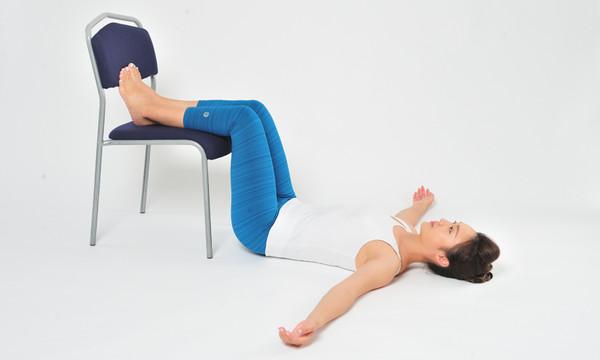 靠床追劇好舒服?傷脊椎又傷膝蓋 3招伸展操遠離痠痛