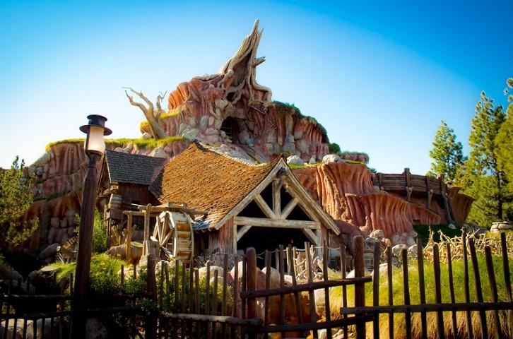 ▲▼美國迪士尼知名遊樂設施「飛濺山」因應時事,更換主題。(圖/翻攝自Flickr/J Etzel)