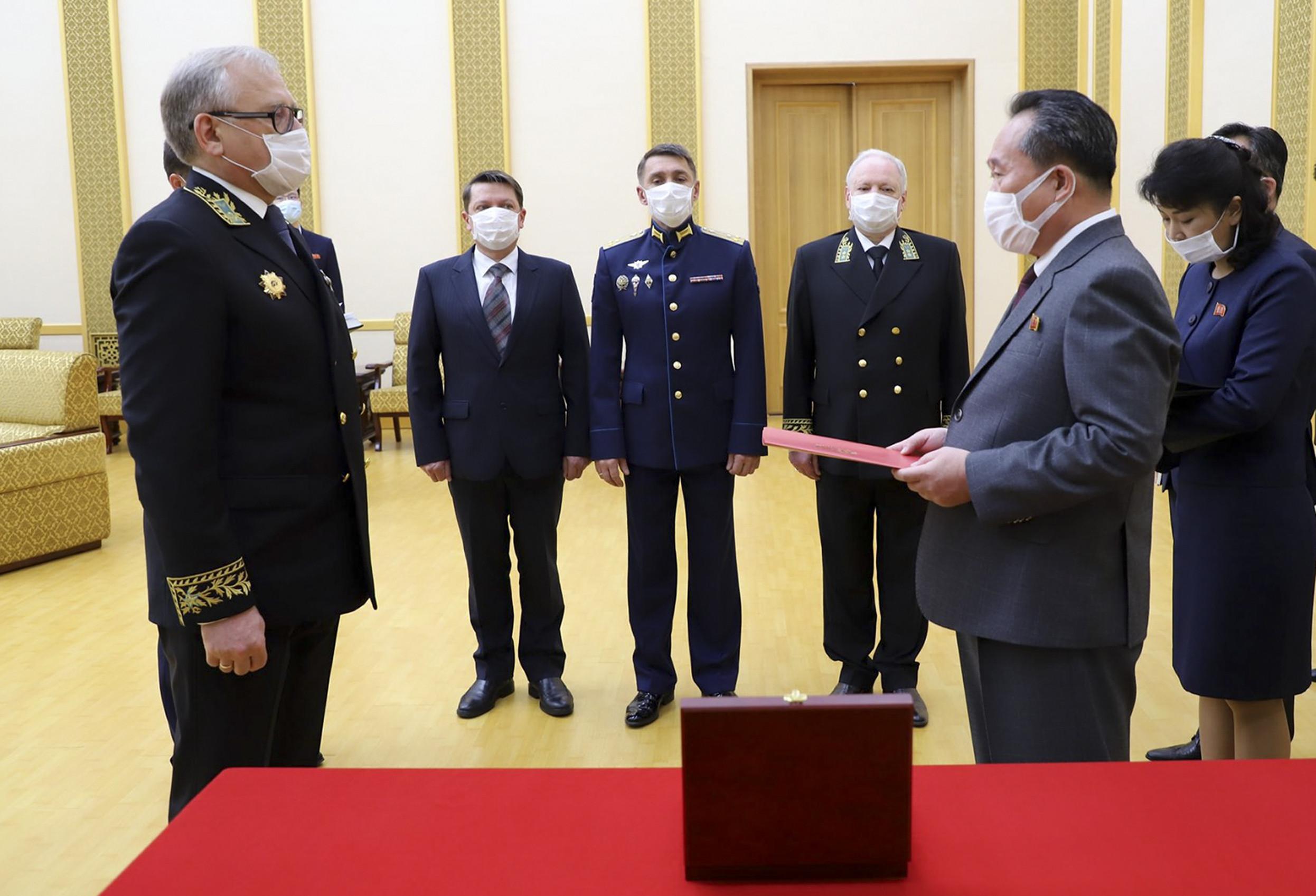 ▲▼俄羅斯駐北韓大使馬歇各羅(左)頒授二戰勳章。(圖/達志影像/美聯社)