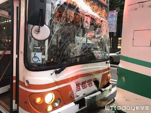 快訊/忠孝東路2公車撞車!擋風玻璃龜裂 2人送醫