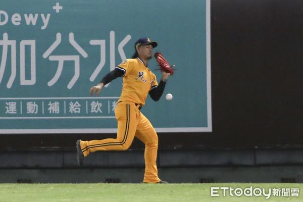 去年狂追球…換新球飛不遠影響判斷 張志豪守外野最有感