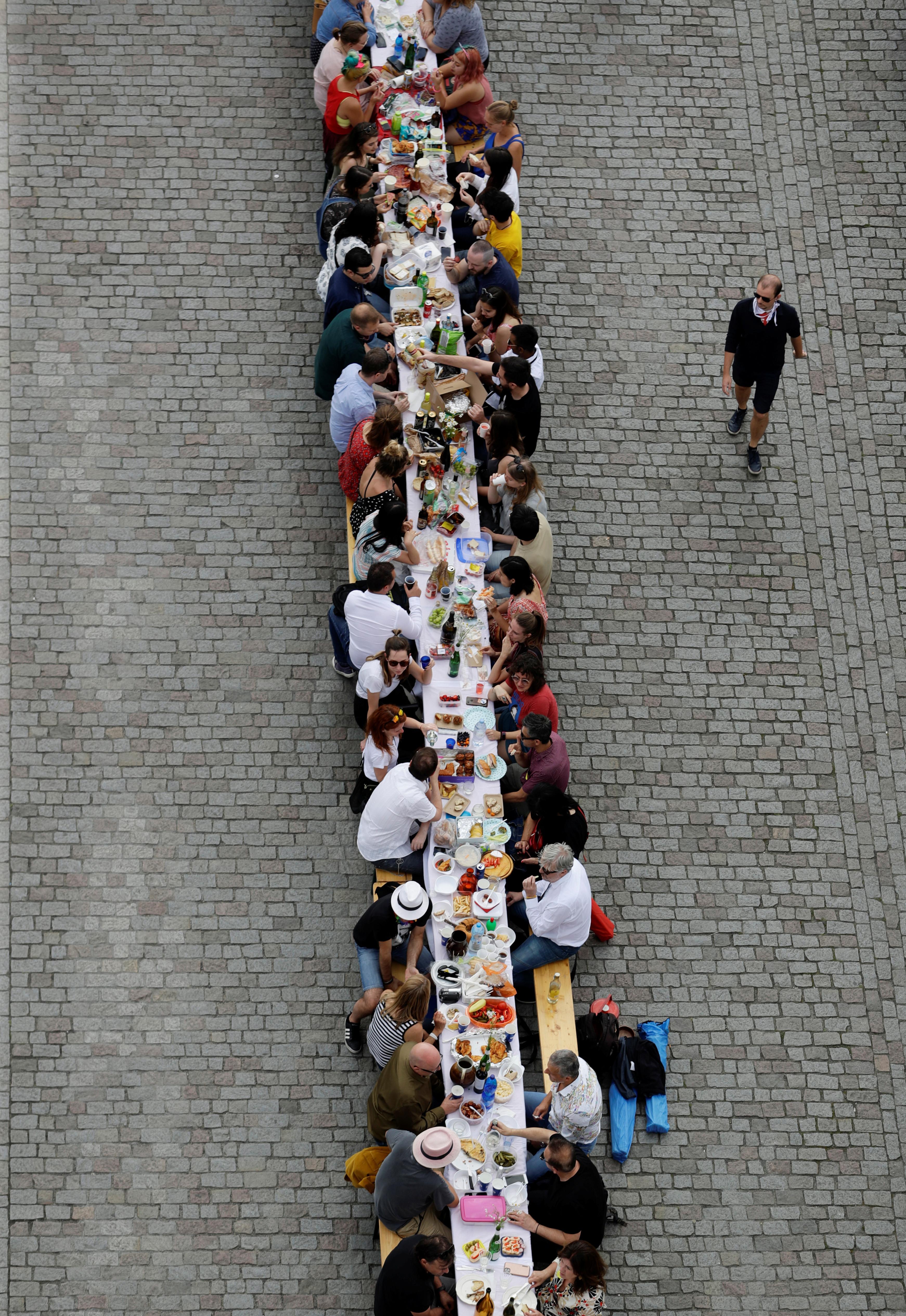 ▲▼捷克居民打造「480公尺」長桌慶解封。(圖/路透)