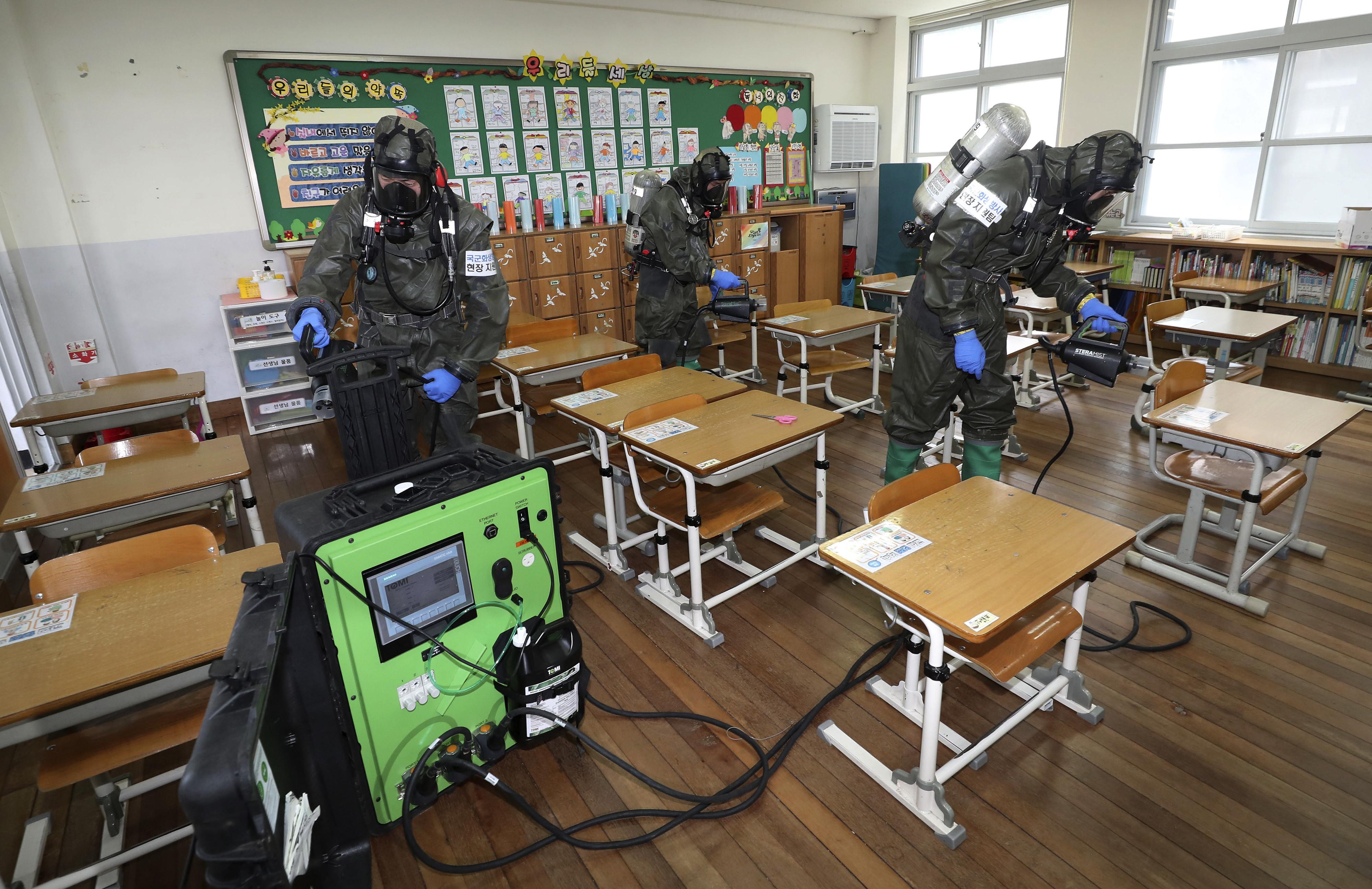 ▲▼南韓大田市泉洞國小爆發校園感染,陸軍在教室內噴灑消毒劑。(圖/達志影像/美聯社)