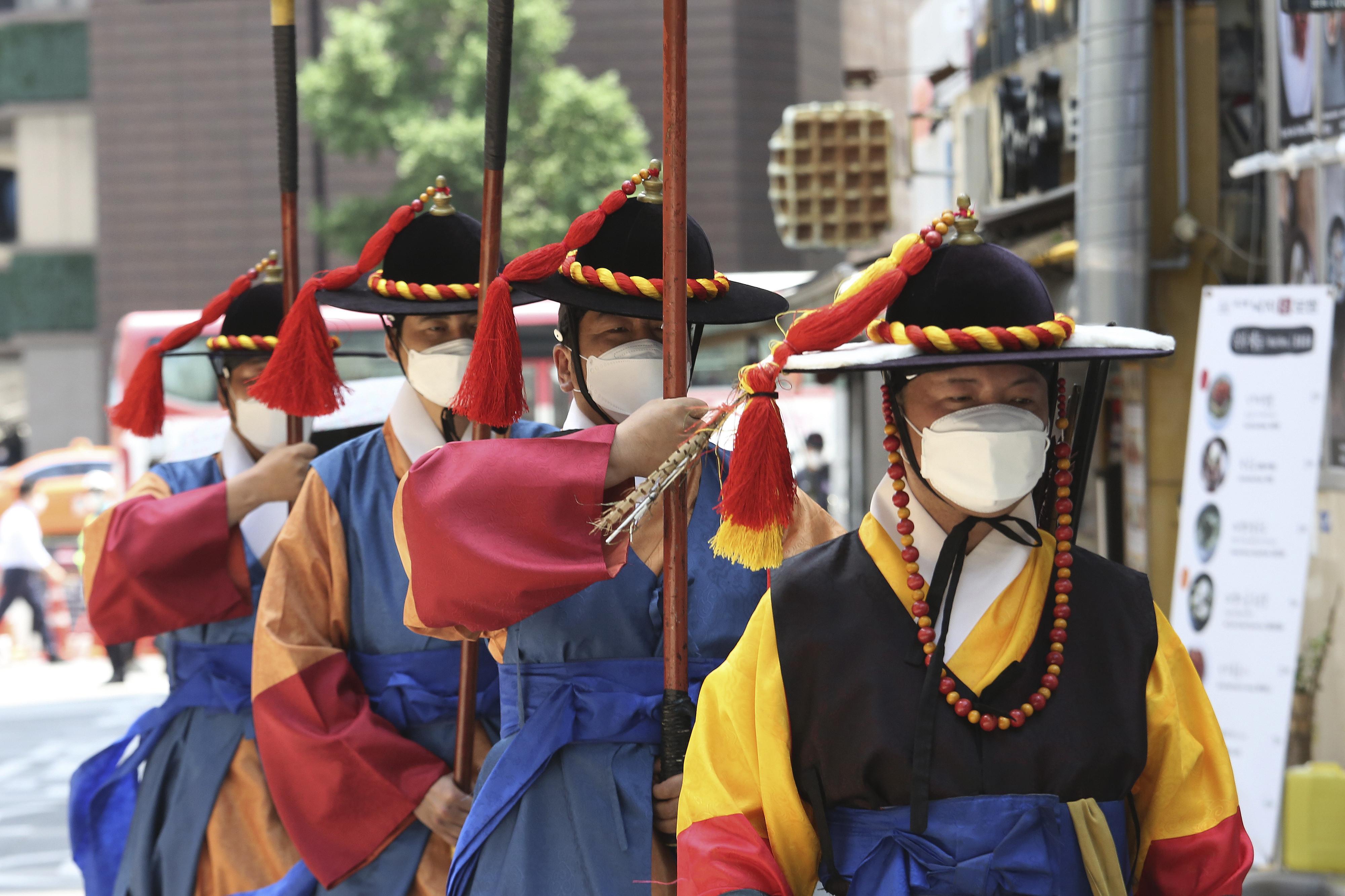▲▼南韓有不肖業者收購廢棄口罩,將之全新包裝販售。(圖/達志影像/美聯社)